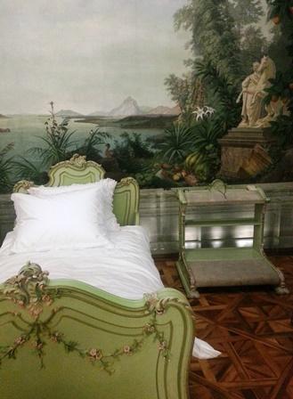 rechts neben dem Bett kein Nachttisch sondern ein Betbänklein!
