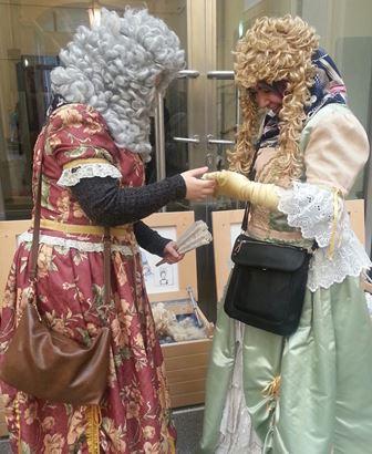 Mit solchen Perücken ist auch noch das Kopftuch-Problem gelöst - siehe die begeisterte Dame rechts...